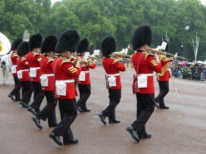 Les gardes défilent sur la place