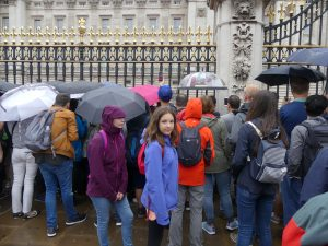 Tout le monde attend les gardes sous la pluie