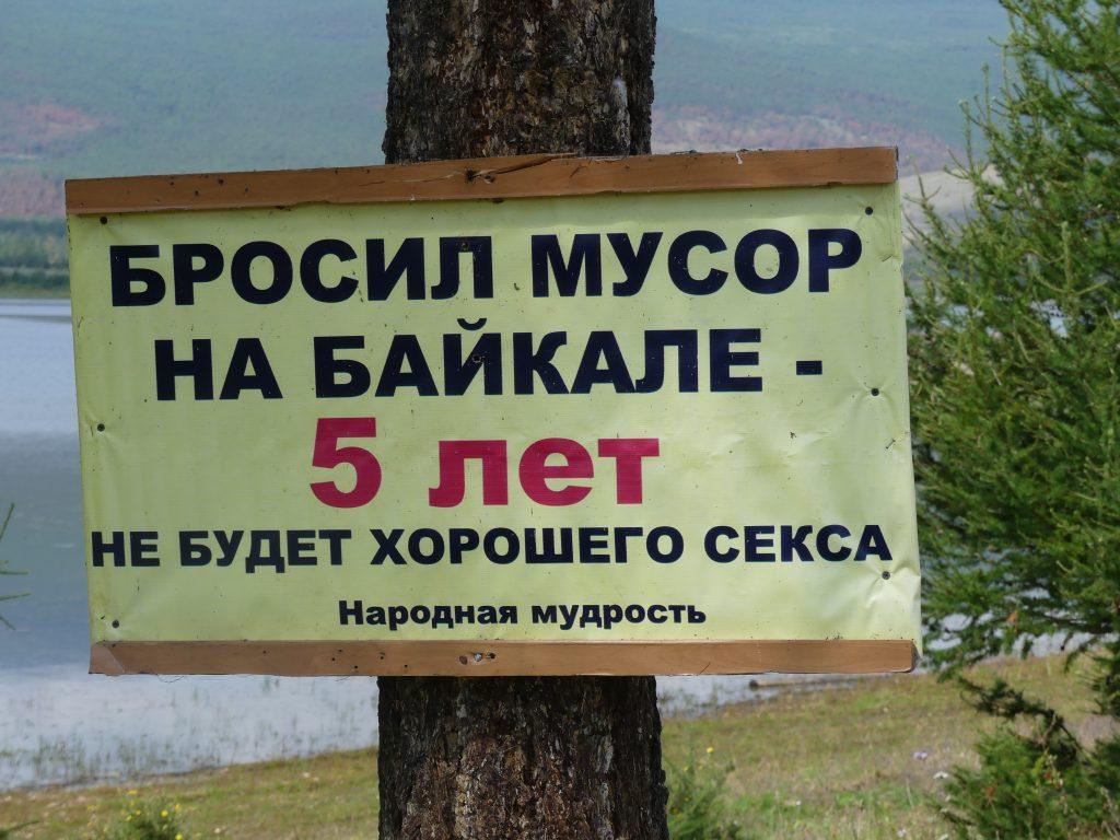 le panneau dit que si on jette des déchets...