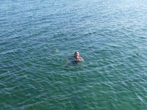 Chrystel nage dans le lac Baïkal