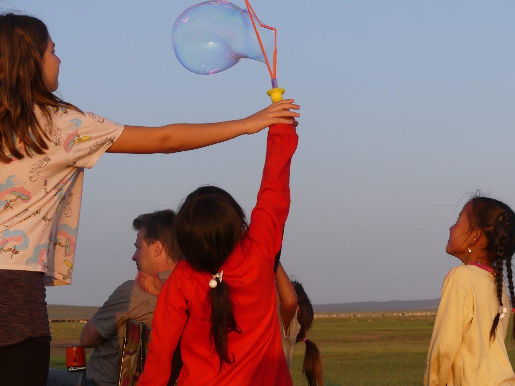 Audrey et le jeu de bulles géant acheté en Russie