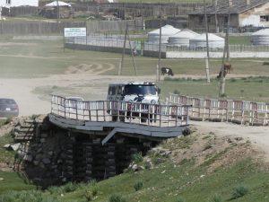 les ponts en Mongolie sont parfois étonnants... quand encore il y a des ponts !