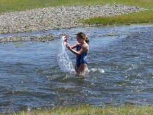 Audrey se baigne dans le torrent