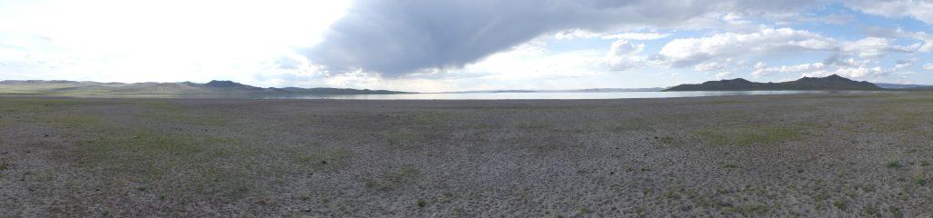 Un lac salé à côté de la piste