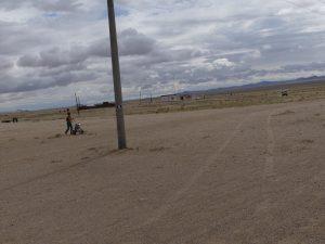 la station essence est à l'entrée du village, face à la steppe