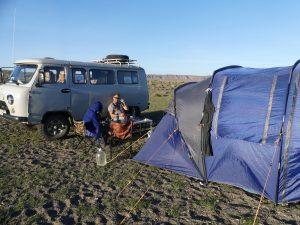 une fois la tente plantée, un petit gorgeon