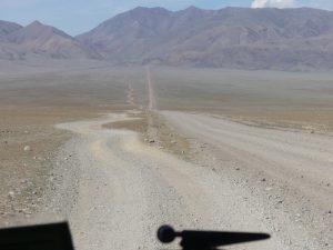 la piste approche de la montagne