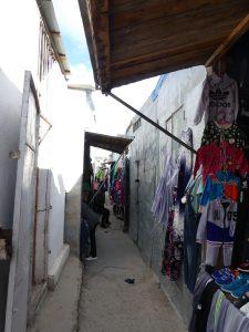 marché d'ölgii : certaines allées sont étroites