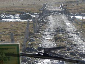 le pont de la mort traverse un gros torrent dans le massif du haut Tsaagan Gol, en Mongolie. Son entretien est laissé à la libre initiative des usagers.