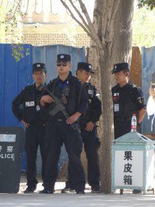 Police partout dans le Xinjiang
