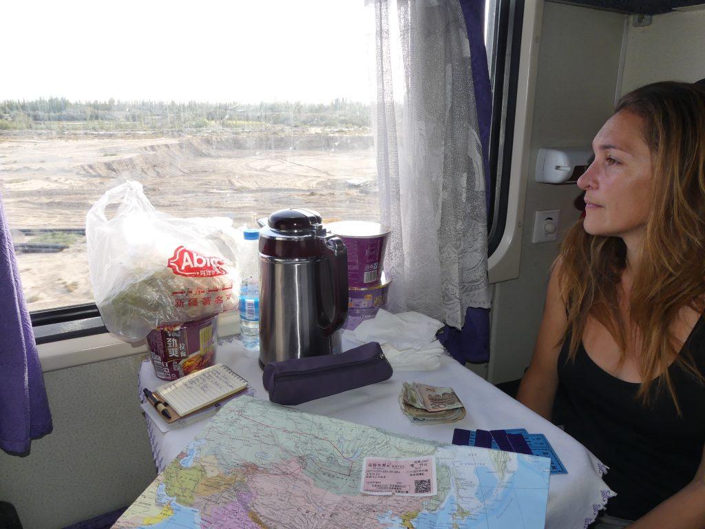on regarde le désert depuis le train