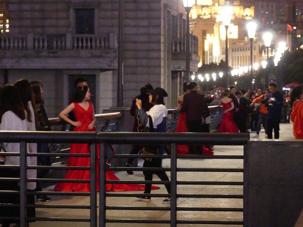 Sur le bund, les futures mariées viennent faire les photos. Il y en a des grappes entières, toutes bien pareilles avec la même robe rouge.