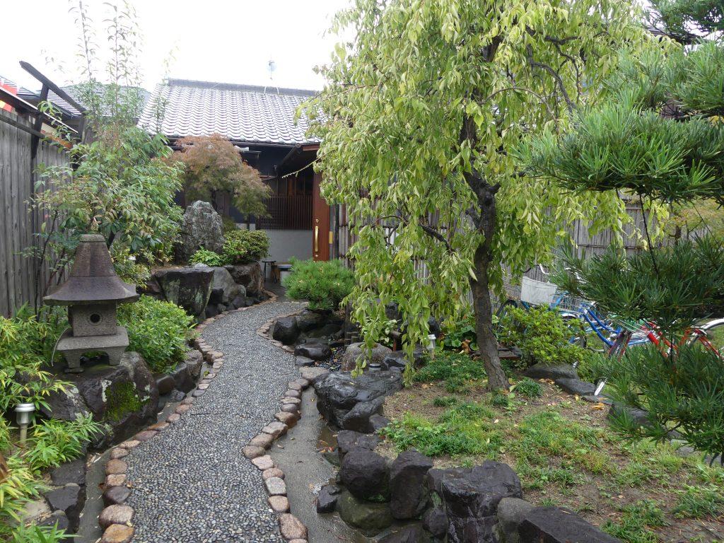 Japon : la (vraie) entrée de notre guesthouse. Incroyable mais vrai !