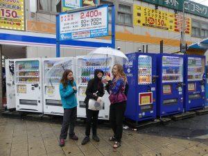 quelques distributeurs automatiques, il y en a partout au Japon
