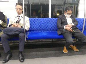 dans le train les japonais dorment