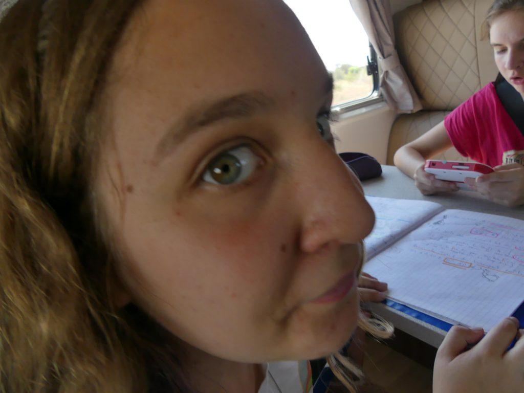 en route vers Devil's Marbles : Eve fait ses maths pendant que Chloé joue à la DS