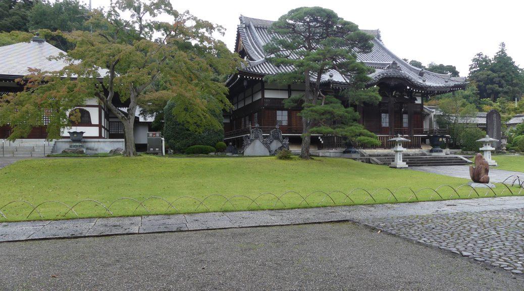 un joli parc bien entretenu devant un temple shinto