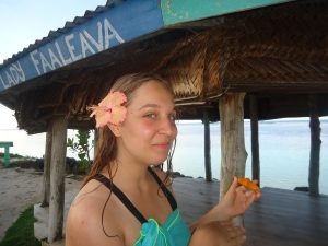 Eve déguste une tranche de papaye