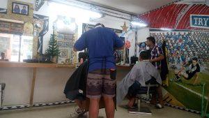 coiffeurs au travail : 1€ la coupe