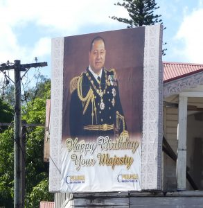 panneau souhaitant un bon anniversaire au Roi