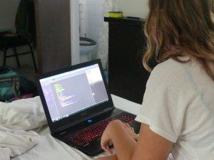 Pendant l'attente, Eve travaille ses algo sur Scratch