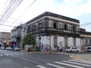 bâtiment abandonné en pleine ville