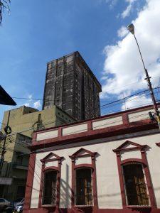 Un grand immeuble invite à l'urbex