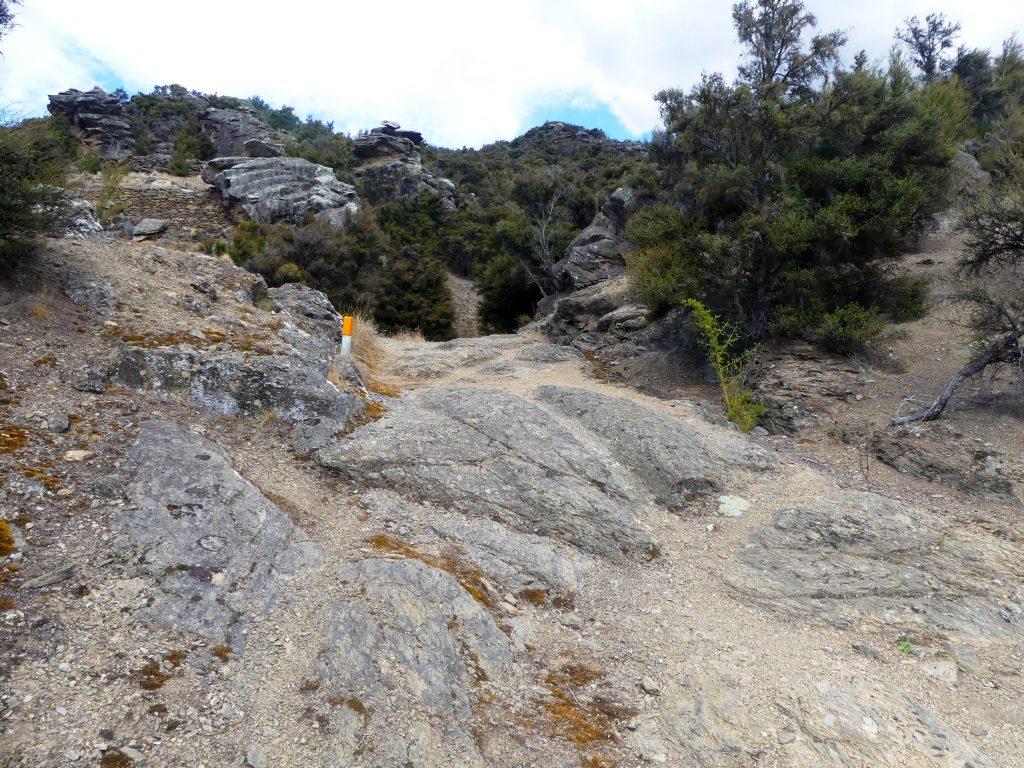 on voit encore dans la roche les traces des roues de charriot, comme sur nos voies romaines