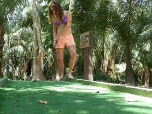 Audrey au mini-golf