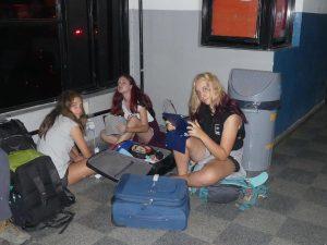 les filles, les écrans, le Wi-Fi et une prise !