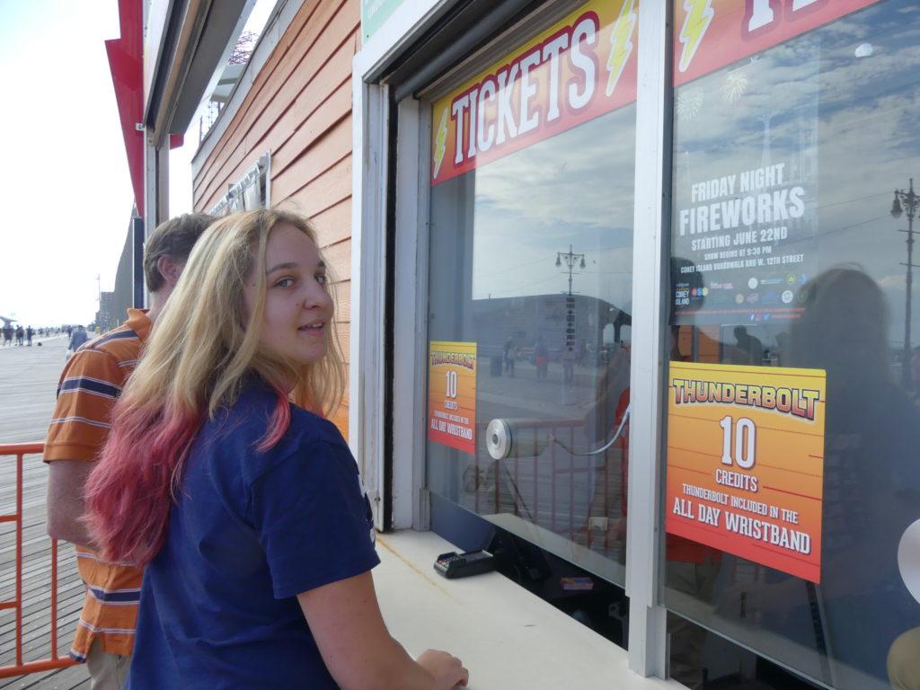 Eve achète son ticket pour le Thunderbolt