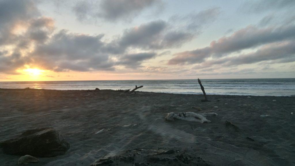 le soleil va bientôt se coucher sur la plage