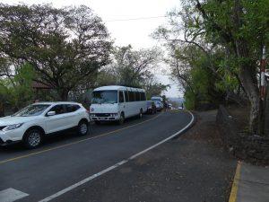 la file d'attente est énorme : plusieurs dizaines de véhicules