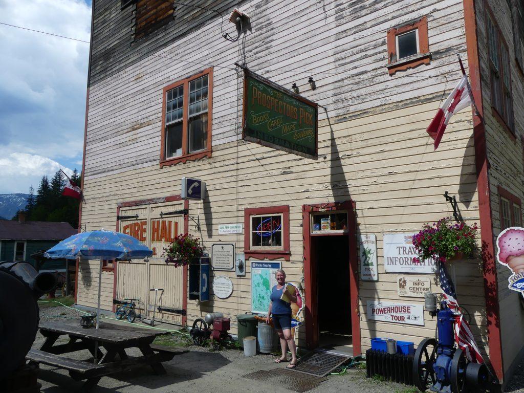 La maire de la ville fantôme, devant son bar gift-shop magasin maison