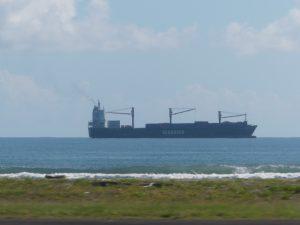 Un petit navire non loin la côte