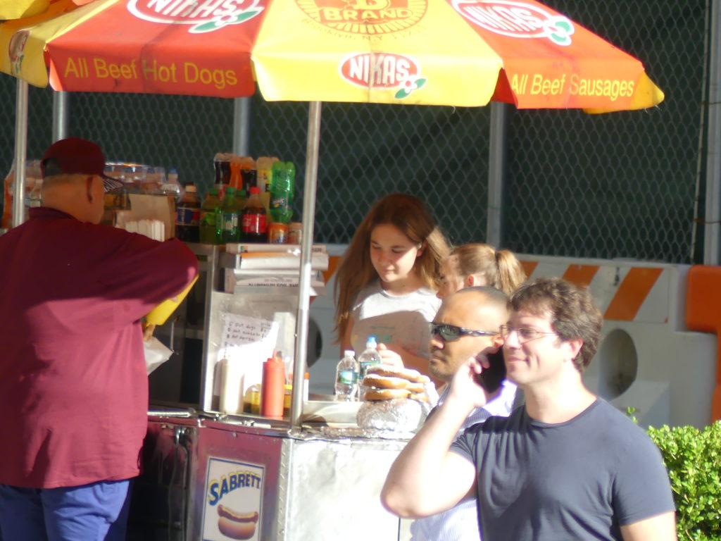 Audrey et Armelle vont s'acheter des hot-dogs à un petit stand de rue
