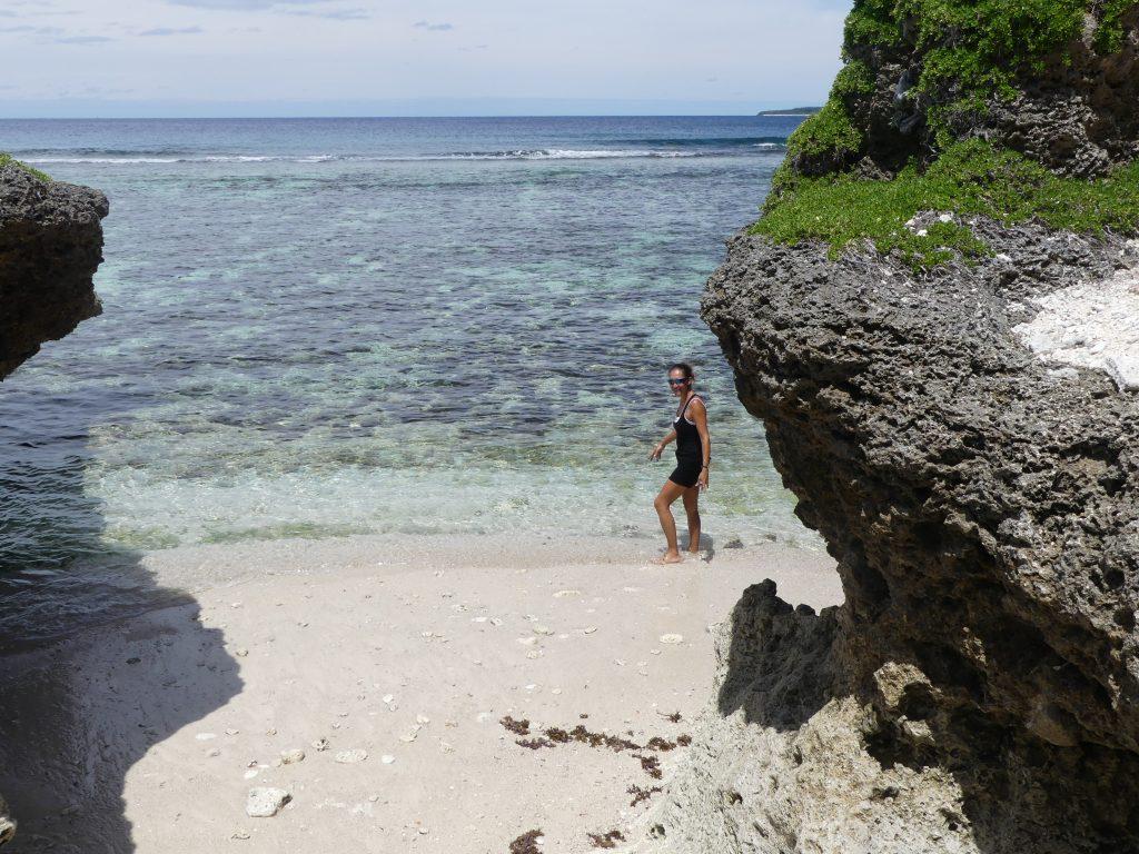 micro-plage entre les rochers