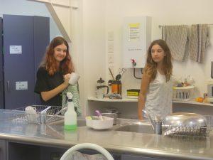 dans une auberge de jeunesse on trouve une cuisine et des ados qui font la vaisselle