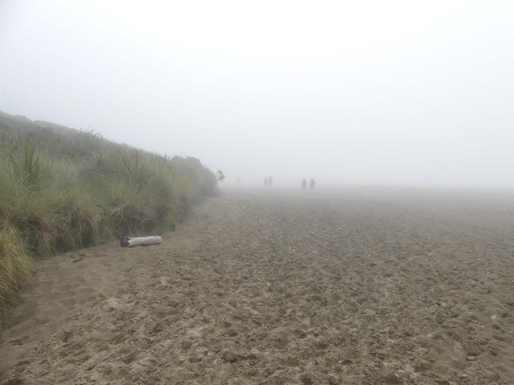 la plage est noyée dans une brume épaisse