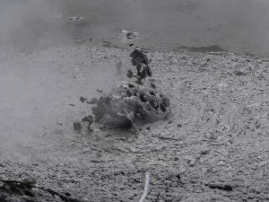 lac de boue en ébullition