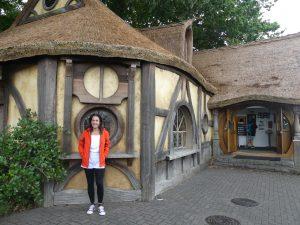 Chrystel devant la maison de hobbits