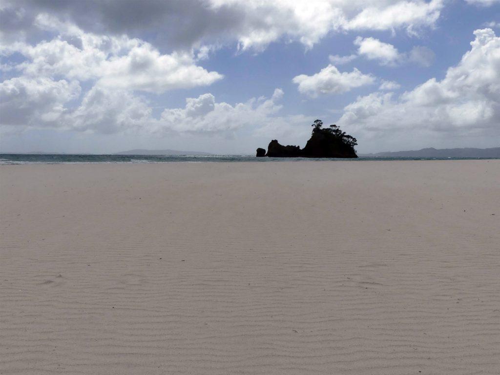 une petite île fait face à la plage