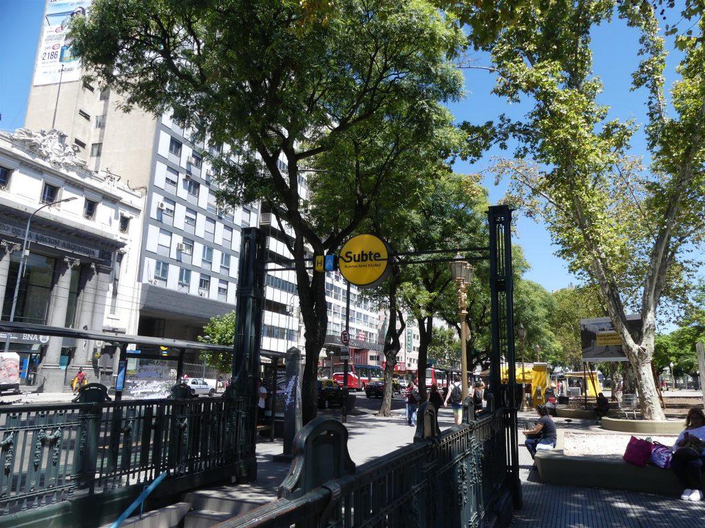 la place de la Misère (ça ne s'invente pas) et l'entrée du métro