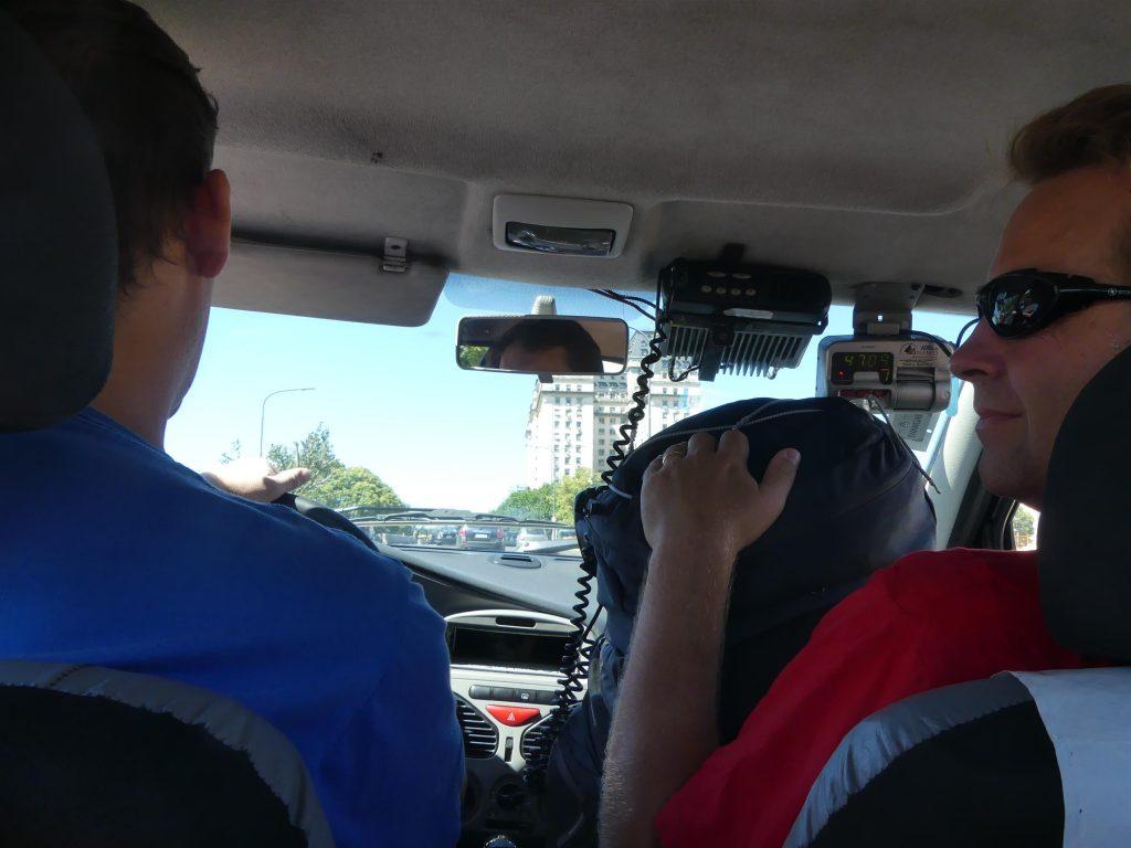 à bord du taxi en route pour le ferry