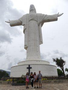 une famille devant le Christ de Cochabamba