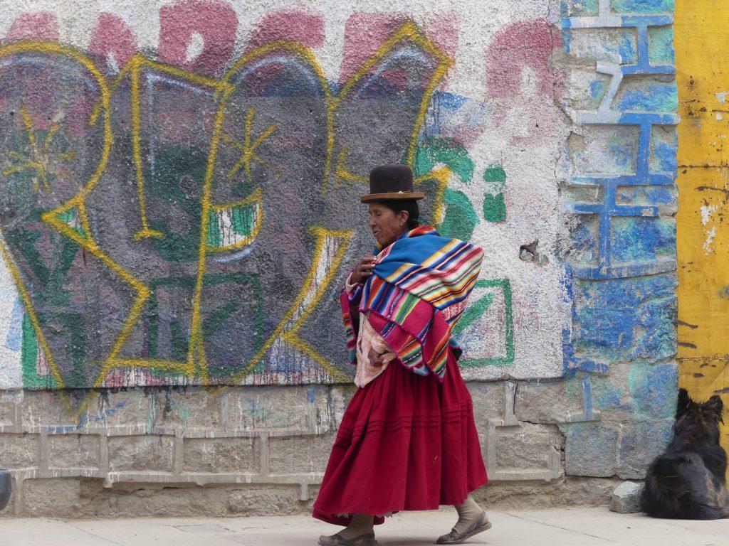Une Bolivienne en tenue traditionnelle, on en voit plein ce n'est pas que pour les touristes