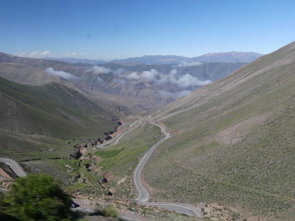 La route descend un peu avant d'arriver dans la plaine de Salta