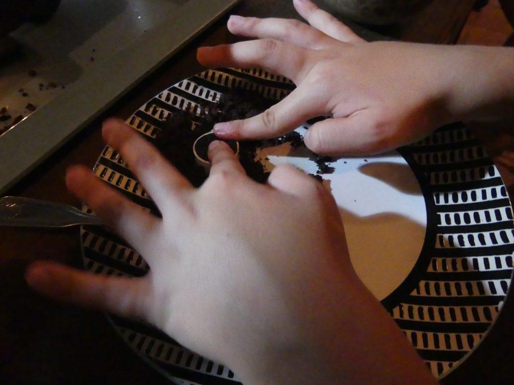 On tasse la poudre de cacao pure pour faire des petits chocolats compacts