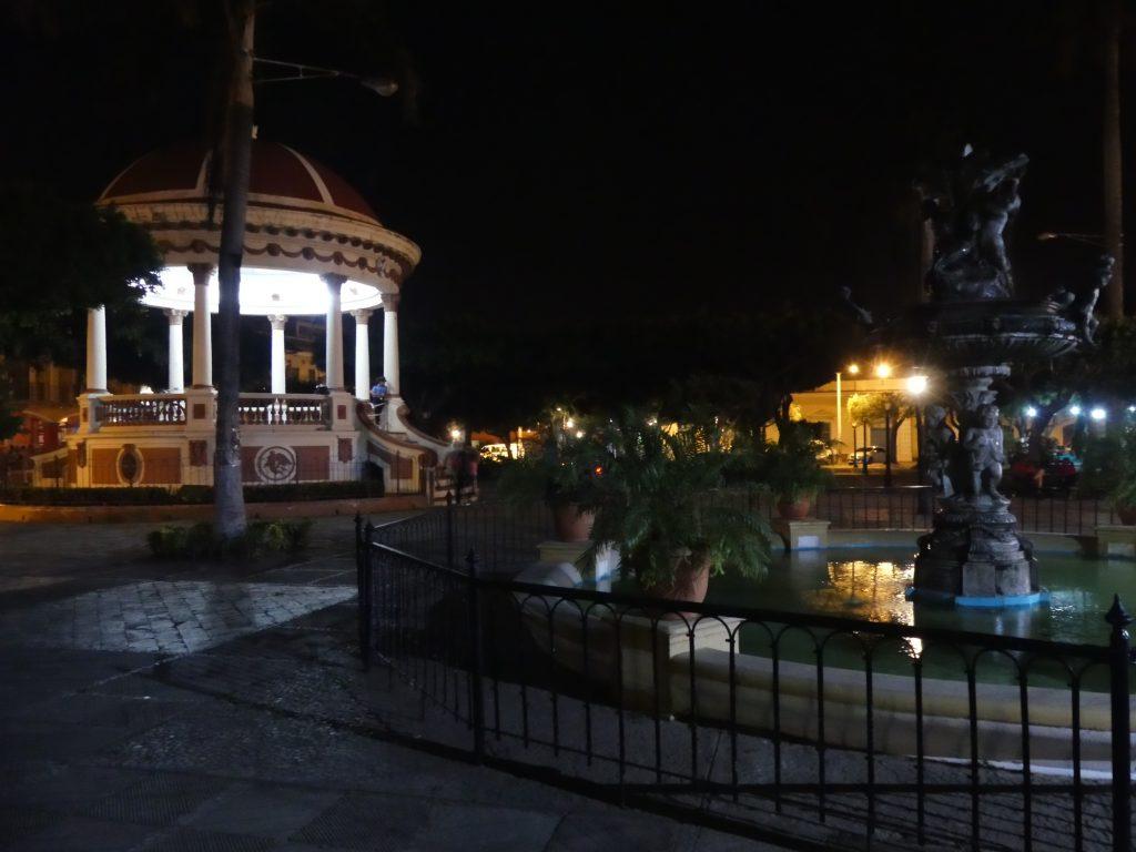 la place centrale, mais de nuit