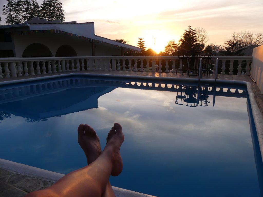 Piscine et coucher de soleil...